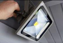 LED Fluter / Ob im Garten, an der Garage oder in der Hofeinfahrt: LED Außenstrahler beweisen an vielen Orten ihre Stärken und bringen viel Licht auch in die dunkelsten Stellen. Neben der Lichtleistung (Lumen) zeigt sich die Qualität eines LED Fluters in der Verarbeitung und der einfacher Montage. Aber worauf ist beim Einbau eines LED Strahler zu achten? Bei unserem Praxistest zeigen wir, worauf es bei der Montage von einem LED Außenstrahler ankommt.