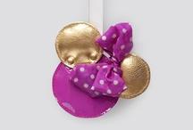 """Minnie - Ikona stylu / W Polsce na początku 2013 roku rozpoczęła się akcja """"Minnie – Ikona stylu"""". Disney zaprosił do współpracy polskich projektantów: Asię Misztelę, Kubę Żeligowskiego, Agę Prus, Asię Wysoczyńską oraz kolektyw CADO, którzy zainspirowani stylem Minnie stworzyli niepowtarzalne kreacje."""