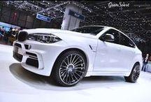 GENEWA 2015: HAMANN BMW X6 F16 / BMW X6 pierwszej generacji w dniu swojej premiery wywołało niemałe zamieszanie. Ze wszystkich stron krytykowane, skazane na porażkę, niepotrzebne. Aktualnie na rynku zadomawia się już druga generacja X6 i jak można przypuszczać – również ona nie oprze się wielu próbom modyfikacji. Jako jeden z pierwszych swoich sił spróbował Hamann.  Więcej przeczytacie na blogu: http://gransport.pl/blog/genewa-2015-hamann-bmw-x6-f16/
