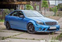 Carbonowe dodatki dla Mercedes-Benz C 63 AMG / Mercedes-Benz C 63 AMG (W204) to już powoli auto kultowe. Niewielki sedan z – wielkim – silnikiem V8 to zdecydowanie jeden z bardziej szalonych tworów AMG. Jednak po wielu latach rynkowego stażu jego wygląd mógł się już opatrzyć – dlatego przygotowaliśmy ofertę carbonowych dodatków.  Wiecej: http://gransport.pl/blog/carbonowe-dodatki-dla-mercedes-benz-63-amg/  http://gransport.pl/index.php/carbon/mercedes-benz/c-klasa-w204-s204-i-c204.html?cls218=121
