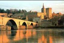 Avignon 20km du camping Pegomas / Avignon est célèbre pour son pont, son palais des papes, ses remparts, son festival de théâtre. A découvrir absolument ! La gare TGV d'Avignon nous relie aux grandes villes européennes en quelques heures. #avignon #festival #palaisdespapes #pont #camping #pegomas #rempart #festival #garetgv #TGV