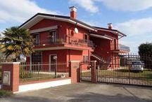 Attraktives Haus mit 850qm Garten zum Kauf in Jesolo Haus am Meer zum Kauf / Die Immobilie zum Kauf in Jesolo besteht aus einem Apartment im 1. Stock und einem Magazin im Erdgeschoss.