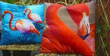 Tendenze | Fenicotteri / Elegantissimi, Originali e Ricercati i #Fenicotteri e le #Ananas sono il trend dell'Estate! Questo design ha il giusto mix di colori e di fantasia ripetuta. Un must have per tutti i negozi di accessori e idee regalo!