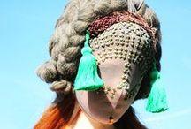 klobúky/masky