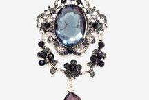 Broches pour la Saint Valentin / Nouveau arrivage des broches fantaisies à l'occasion de la saint Valentin, des bijoux en cristal et zirconium beaucoup de Papillon et fleurs.