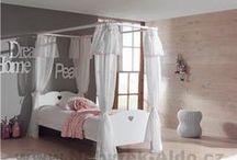 Dětské pokoje pro holky / Nábytek do dětského pokoje pro holky se často navrhuje v kombinaci s růžovou či fialovou barvou, což dodává nábytku romantický vhled. Nedílnou součástí holčičích pokojů jsou toaletní stolky, bez kterých se žádná malá slečna neobejde.