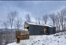 Bolton Residence / NatureHumaine / nowoczesna STODOŁA / Kupując piękną działkę z lasem w Eastern Townships w Quebecu, klient zamarzył sobie o wiejskim domku, który będzie istniał w doskonałej symbiozie ze swym naturalnym otoczeniem.