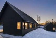 Black Gables / Omar Gandhi / nowoczesna STODOŁA / Projekt Black Gables to dwa proste, skromne, czarne budynki z metalowym dachem dwuspadowym.