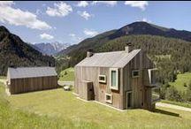 Współczesna drewniana rezydencja / Casati / nowoczesna STODOŁA / Ten dwuspadowy dom we Włoszech, stworzony przez architektów Casati, ma drewniane ściany zewnętrzne o wzorze w paski oraz nierówne ściany wapienne wewnątrz.