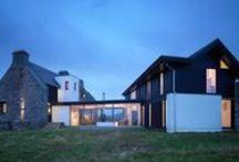"""Biały Dom / WT Architecture / nowoczesna STODOŁA / Oryginalny dom w Grishipol na hebrydzkiej wyspie Coll w Szkocji został zbudowany w połowie wieku XVIII przez rodzinę Maclean of Coll. Był to pierwszy dom wapienny zbudowany na wyspie i stąd jego nieformalna nazwa """"Biały Dom""""."""