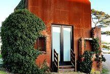 """Dovecote Studio / Stary Gołębnik / nowoczesna STODOŁA / To projekt londyńskiej firmy Haworth Tompkins. Firma odnowiła stary, zniszczony budynek, znajdujący się na terenie kampusu """"Dovecote Studio""""."""