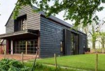 Ancient Party Barn / Liddicoat & Goldhill / nowoczesna STODOŁA / Projekt z założenia unikał typowego przekształcenia starej stodoły, zmieniając w zamian zbitkę historycznych budynków gospodarczych w pełne klimatu pomieszczenia do relaksu i spotkań.