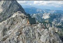 Camping Luca Vuerich / Giovanni Pesamosca Architetto / nowoczesna STODOŁA / Chata ma powierzchnię 16 metrów kwadratowych, zrobiona jest z drewna i podniesiona nad skałą na 6 betonowych kolumnach.