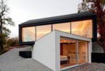 Schwarz auf Weis / Fabi Architekten bda / nowoczesna STODOŁA / Schwarz auf Weiss (czarne na białym) składa się z dwóch tomów budowlanych – pierwszego jednorodnego z czarnym dachem dwuspadowym, leżącego na drugim białym, lekko odwróconym z płaskim dachem.