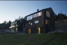 """House Linnebo / Schjelderup Trondahl arkitekter / nowoczesna STODOŁA / Dom rodzinny o wyraźnych cięciach znajdujący się """"na szczycie Oslo"""", w pobliżu skoczni narciarskiej Holmenkollen, z balkonem wspornikowym z pięknymi widokami."""