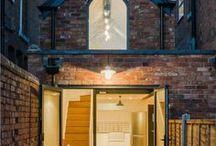 A writer's coach house / Intervention Architecture / nowoczesna STODOŁA / Pisarz poszukujący domu i przestrzeni do pracy znalazł cudowny budynek gospodarczy z cegły, który wciśnięty był pomiędzy wiktoriańskie budynki na jednej z uliczek w Birmingham w Anglii.