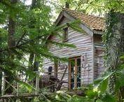 """The Woodsman's Cabin / nowoczesna STODOŁA / W otoczeniu brzóz, dębów i jesionów ukryty jest niewielki domek o nazwie """"The Woodsman's Cabin"""""""
