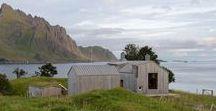"""Summer House Gravrak / Carl-Viggo Holmebakk / nowoczesna STODOŁA / Ten projekt domu letniskowego to efekt rozbudowy i modernizacji starego """"Nordlandshus"""", czyli tradycyjnego norweskiego domu. Budynek stoi w odludnym miejscu, na nabrzeżu norweskiej wyspy Lofoten."""