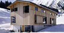 Dietrich Untertrifaller Architects / Haus S Lech / nowoczesna STODOŁA / Większość osób planujących budowę domu unikałoby stawiania go w miejscu, które zagrożone jest zejściem lawiny, ale Marcell Strolz i Uli Alber podjęli alpejskie wyzwanie.