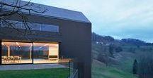 Arhitektura doo / THE BLACK BARN / nowoczesna STODOŁA / Nieruchomość znajduje się na szczycie wzgórza na skraju maleńkiej wioski w Słowenii, a w granicach działki są pola uprawne, las, budynek mieszkalny, stodoła, pasieka oraz szopa na narzędzia.