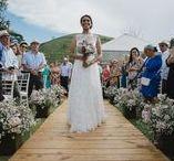 Casamento ao ar livre / Casamento durante o dia, ao ar livre, com muito verde ao redor. Decoração com arco de flor.