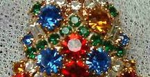 Christmas tree brooches / Broches