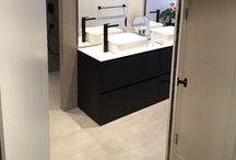 Badkamer / Casco huis afgebouwd, waaronder deze luxe badkamer met tegel van 900x900mm en zwarte kranen. Particulieren opdrachtgever in samenwerking met Sander van Cocoon