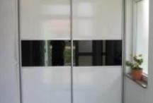 Ugradbeni ormari / Ugradbene ormare izrađujemo sa standardnim (zaokretnim) vratima ili sa kliznim vratima. Izrađuju se po mjeri te se u potpunosti prilagođavaju prostoru i zahtjevima kupca za funkcionalnošću unutrašnjeg uređenja ormara.
