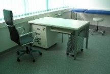 Uredski stolovi / Uredski stolovi za operativne i managerske radne sobe. Uredski stolovi sa drvenim i metalnim nogama