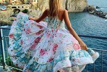 Vejo flores em você / Flores - e estampas florais - alegram qualquer ambiente. Inspire-se nesses looks floridos e traga mais vida para o seu guarda-roupas!