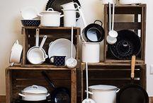 Küchenhelfer & Geräte / Ob Küchengeschirr, Zubehör oder Geräte - die Utensilien in der Küche müssen passen, so macht das Kochen noch mehr Spaß! Wir stellen euch hier unsere Lieblinge in der Küche vor - vom Teller bis zum Mixer.