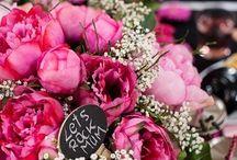 Muttertag für rockige Mums / Muttertag in Pastelltönen war gestern! Das Muttertagsmotto in diesem Jahr lautet: ROCKIG – pink und wild am Tisch. Kontraste in schwarz mit großen, rosafarbenen Blüten bilden die Basis für unsere Kaffeetafel.
