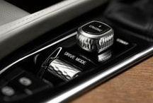 """Nuevo Volvo XC90 / """"LA CONDUCCIÓN SEMI-AUTÓNOMA YA ESTÁ AQUÍ"""" PILOT ASSIST Volvo Cars presenta una interfaz de usuario segura y fácil de utilizar para vehículos de conducción semi-autónoma. Con Pilot Assist tu conducción es más fácil y relajada. Este sistema ayuda a mantener tu Volvo a una velocidad fija o a una distancia predeterminada respecto a otros vehículos. A velocidades de hasta 130 km/h, ayuda a mantener el coche en el centro del carril con pequeñas correcciones de la dirección."""