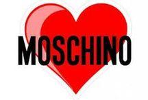 MOSCHINO BABY / Moschino nasce al cavallo degli anni 80 ed è ormai un brand conosciuto in tutto il mondo per i suoi disegni avventurosi e vivaci con le sue stampe vivaci e illustrazioni bizzarre, capi colorati e vivaci con il classico simbolo della maison, il logo della pace.