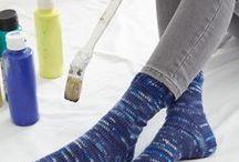 REGIA Magazin 001 - Socks Moments / Selbstgemachte Socken bereiten mehrfach Freude: Jeder kann sie brauchen, jeder mag es flauschig an den Füßen. Und für denjenigen, der sie macht, sind Socken ein gut überschaubares DIY-Projekt. Im Socks Moments Magazin 001 stellen wir Ihnen jede Menge bunter Ideen vor, denn die unterschiedlichen Garne von REGIA passen für alle denkbaren Einsatzbereiche. Sie brauchen eigentlich nur noch die Farbe und das Modell zu wählen, und los gehts! Mit Strick- und Häkel-Sockenlehrgang sowie Größentabellen.