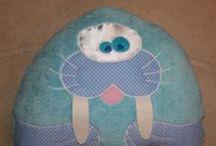 Masni Mesi Párnák - Pillows / Pamut, beavatott alapanyagokból,  gépi hímzéssel készített párnák,  antiallergén tömőanyaggal bélelve.  40 fokos vízben moshatóak.  Bármilyen díszítéssel és felirattal készítek párnákat, takarókat és teljes készleteket. I make pillows with any kind of decoration and label. www.masnimesi.net