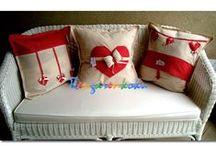 sevgililer gününe özel sevgi yastıkları / sevgi yastıkları ünlü çizerlerin desenlerinin ev dikimi yastıklara cizilmesi ile olusturuluyor.sipariş üzerine tamamen pamuklu kumaşlardan hazırlanıyor
