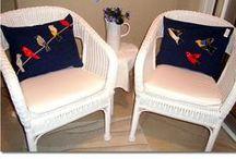dekoratif yastıklar / sipariş üzerine istenilen kumaşlardan dikilen yastıklara kendi tasarımım el örgüsü motifler dikilerek satışa sunulmaktadır.sipariş üzerine üretilmektedir.