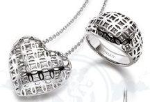 Look Book 1/2016 / Feminine Trends, filigrane Formen und grafische Linien überzeugen in hochwertigem Sterling Silber mit Qualitäts-Rhodiumauflage. VIVENTY Schmuck setzt Akzente und ist ein Statement auch über die Saison hinaus.