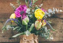 flores - flowers / las flores no solo nos gustan en el papel pintado de las paredes, tambien nos gustan en jarrones, cestas, cajas....