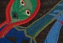 Arpilleras, bouts de tissus pour témoigner de la vie quotidienne / Expressions vives à partir de la récupération de textiles et autres matières pour témoigner... Initiées au Chili, les Arpilleras racontent la geste de la Dictature de Pinochet. Cet art persiste et signe pour dire le quotidien...