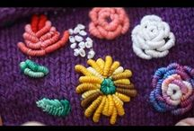 Vyšívané na pletenine / Videá a postupy rôznych technik vyšívania kvetov na pleteninu