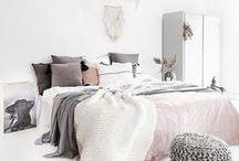 Interior Schlafzimmer ♥ dhal / Wow, sieht das gemütlich aus! Da möchten wir uns am liebsten direkt einkuscheln und uns ein Lieblingsbuch und einen Tee schnappen!