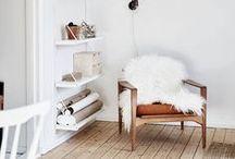 Inspiration Skandi Style ♥ dhal / Skandinavisch einrichten - einfach eine tolle Inspiration! Weiße Möbel, schwarze Akzente, viel Holz und tolle Textilien - das macht für uns diesen angesagten Einrichtungsstil zu einem Highlight in Sachen Inneneinrichtung.