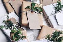 X-Mas Gift Wrapping Ideas ♥ dhal / In diesem Jahr lieben wir es natürlich. Daher möchten wir unsere Geschenke auch in diesem Stil verpacken: viel Grün, Tannenzweige, natürliche Materialien, Kraftpapier und Akzente in Rot und Grün. ♥
