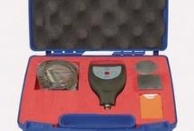 Spessimetri / Strumenti completamente automatici, in grado di misurare ogni tipo di rivestimento sia su supporti di materiale ferroso che non ferroso, usati anche per la misurazione di spessori, corrosioni, sdoppiature materiali e lamiere.
