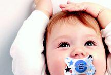 Biberon e succhietti: Little Rock Star! / Little Rock Star è la limited edition dedicata ai bimbi dall'anima rock! La collezione è caratterizzata da quattro vivaci colori (azzurro, celeste, corallo e rosa) e da simpaticissime stelle e chitarre in puro stile rock!