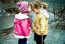 I bimbi e la pioggia / Foto dolcissime di bambini che giocano sotto la pioggia