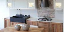 Cucina Albatros / Anta in legno noce nazionale in abbinamento con anta laccato opaco,top in quarzo Stone Basic Grain,maniglia a gola e lavabo in granito nero assoluto.