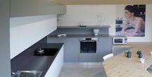 Cucina Canaletto / Anta frassino laccato bianco e grigio. Top in quarzo. Top penisola in legno abete naturale. Possibile Laccatura con tutti i tipi di RAL preferiti.